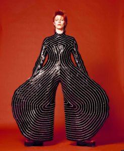 David Bowie con un costume disegnato da Kansai Yamamoto, 1973 ANSA/ Victoria & Albert Museum London EDITORIAL USE ONLY NO SALES NO ARCHIVE