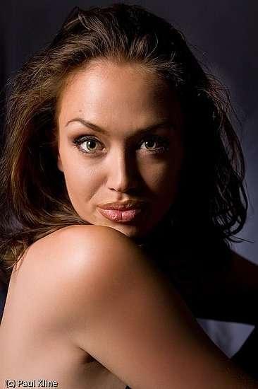 Tiffany Claus sosia di Angelina Jolie